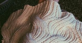 This free knit pattern throw is completely reversible.